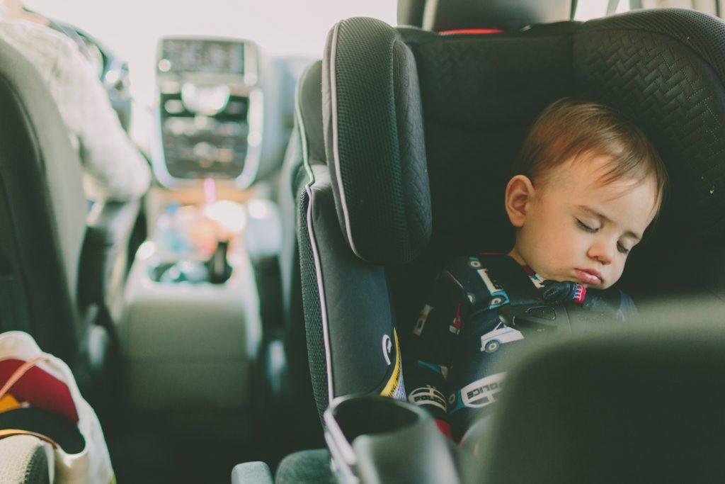 Bebé dormido en sillita de coche a contramarcha
