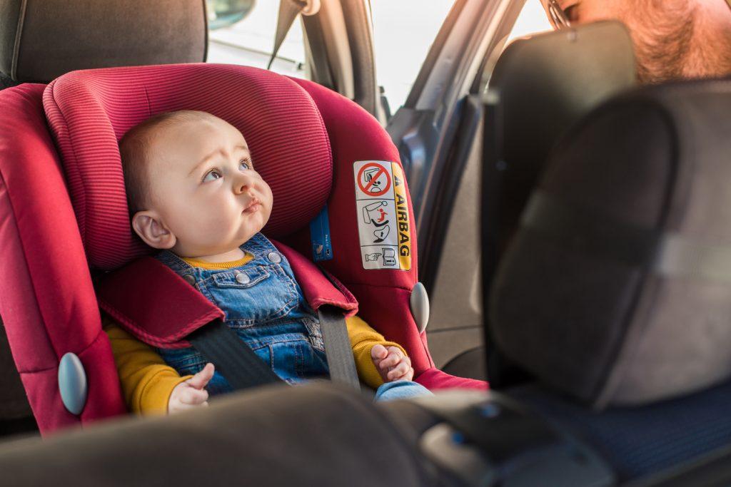 bebé en sillita para coche
